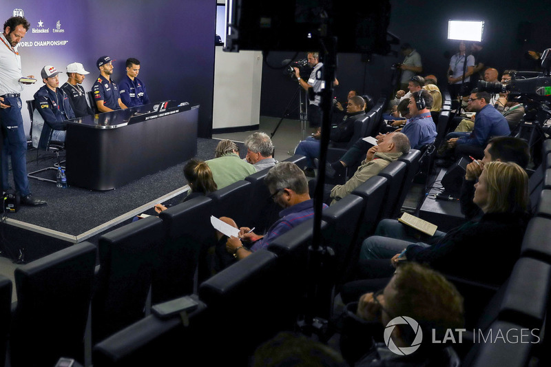 Медіа-делегат FIA Маттео Бончіані, Данііл Квят, Scuderia Toro Rosso, Льюіс Хемілтон, Mercedes AMG F1