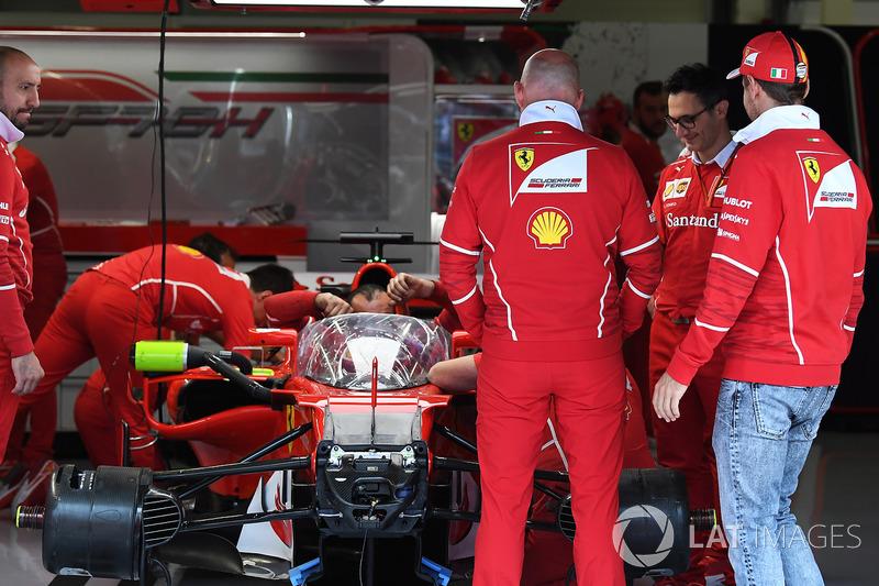 Sebastian Vettel, Ferrari дивиться на Ferrari SF70H з системою захисту кокпіту «Щит»