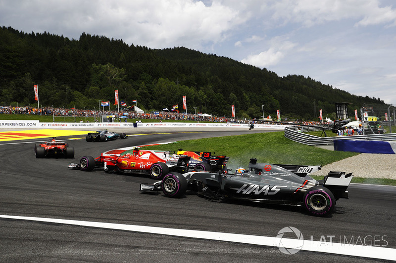 Daniel Ricciardo, Red Bull Racing RB13, Kimi Raikkonen, Ferrari SF70H, Romain Grosjean, Haas F1 Team VF-17, at the start