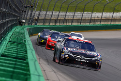 Erik Jones, Joe Gibbs Racing Toyota ve Ryan Blaney, Team Penske Ford