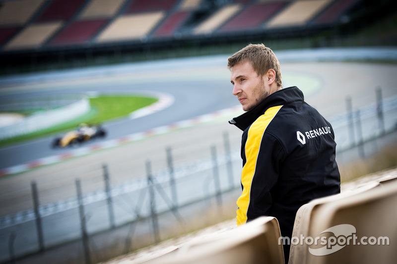 В прошлом году Сергей Сироткин – еще тест-пилот Renault – наблюдал за ходом тестов с трибун «Каталуньи» и из боксов команды...