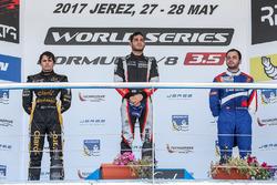 Подиум: победитель Рой Ниссани, RP Motorsport, второе место – Пьетро Фиттипальди, Lotus, третье мест