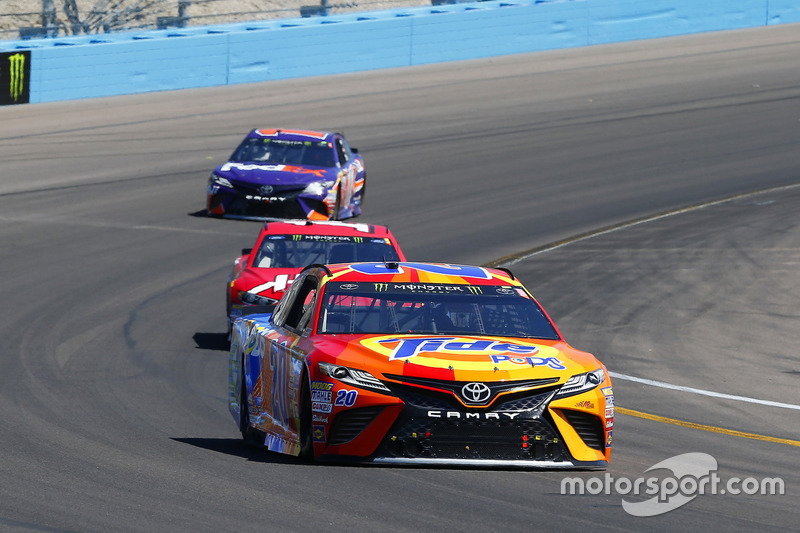 Matt Kenseth, Joe Gibbs Racing, Toyota; Clint Bowyer, Stewart-Haas Racing, Ford