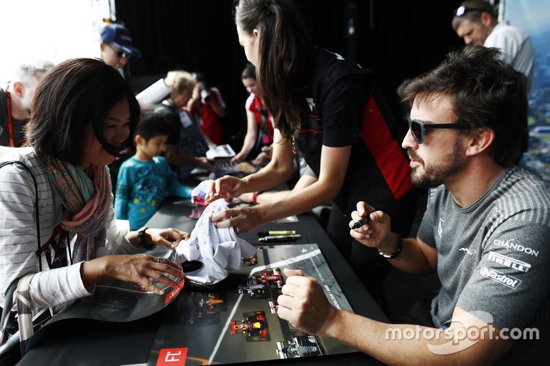 Fernando Alonso, McLaren, schreibt Autogramme