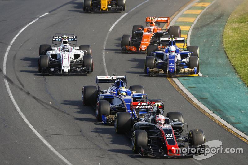 Kevin Magnussen, Haas F1 Team VF-17, leads Marcus Ericsson, Sauber C36, Antonio Giovinazzi, Sauber C36, Stoffel Vandoorne, McLaren MCL32, Lance Stroll, Williams FW40, and Jolyon Palmer, Renault Sport F1 Team RS17, at the start