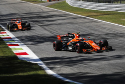 Stoffel Vandoorne, McLaren MCL32 and Fernando Alonso, McLaren MCL32
