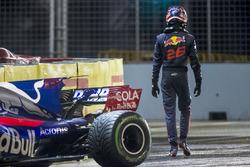 Daniil Kvyat, Scuderia Toro Rosso, marche à côté de sa voiture accidentée