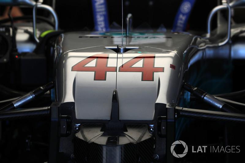 Mercedes-Benz F1 W08 Hybrid Льюіса Хемілтона у боксах