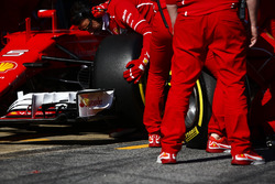 Un neumático de Pirelli se cambia en el SF70H de Sebastian Vettel Ferrari durante una parada en boxes