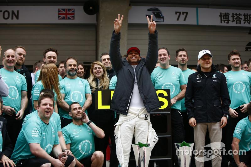 Lewis Hamilton, Mercedes AMG, feiert mit Valtteri Bottas, Mercedes AMG, und dem Team