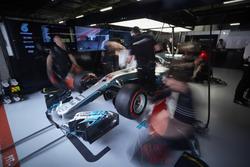 Los ingenieros de Mercedes trabajan en el coche de Lewis Hamilton, Mercedes AMG F1 W08, en el garaje