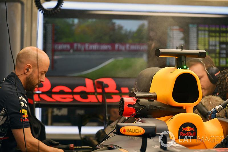 Red Bull Racing RB13 se trabaja en el garaje