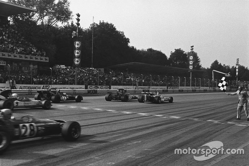 В Гран При Италии 1965 года по ходу гонки лидер менялся 42 раза. А первую пятерку на финише гонки 1971 года разделило 0,61 секунды