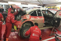 Механики Citroën восстанавливают C3 WRC Криса Мика после аварии на СУ4