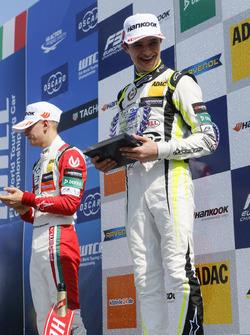 Podio Rookie: il primo classificato Lando Norris, Carlin Dallara F317 - Volkswagen