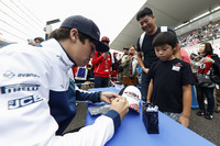 Lance Stroll, Williams, signs an autograph