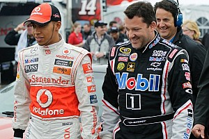 Formula 1 Special feature Tony Stewart and Lewis Hamilton try one up each other for the fans  - Video