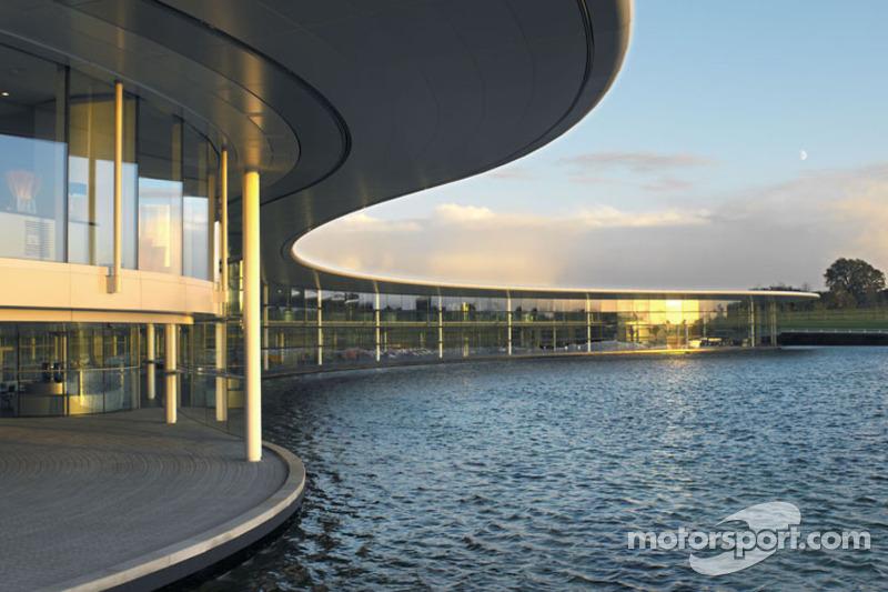 Sergio Perez enjoys his first visit at the McLaren headquarters - video