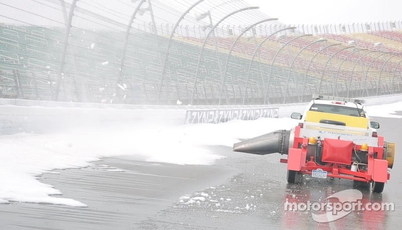 MIS uses jets dryers to melt snow in preparation for the 2014 season - video