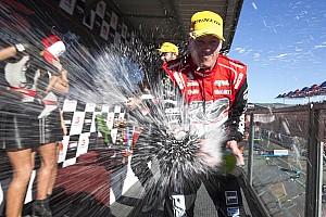 Supercars Reporte de la carrera Courtney cierra el fin de semana con victoria en la Carrera 3