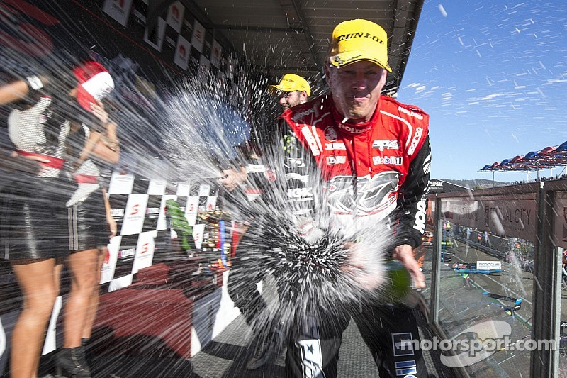 Courtney cierra el fin de semana con victoria en la Carrera 3