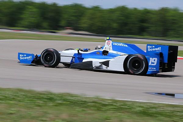 IndyCar Сбитый во время гонки IndyCar механик избежал серьёзных травм