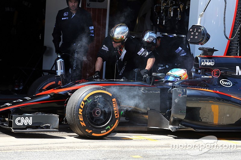 Una mica de casco causó la falla en los frenos de Alonso