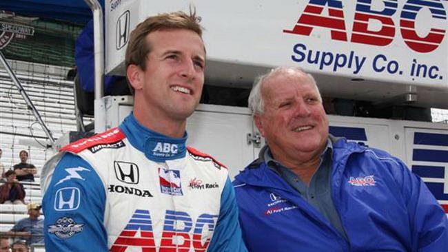 Foyt IV alla Indy 500 con il team di famiglia