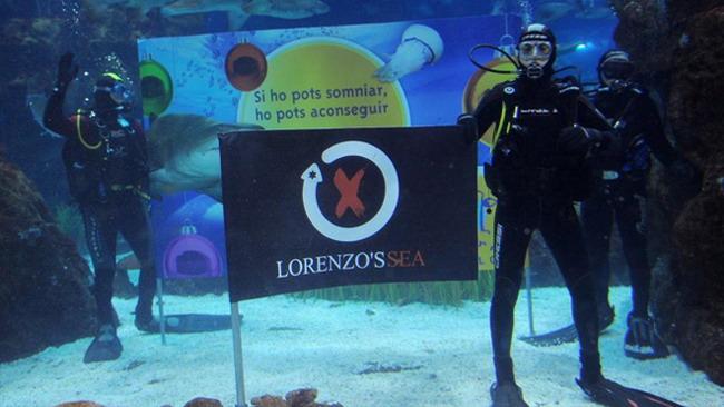 Lorenzo fa il bagno con gli squali a Barcellona