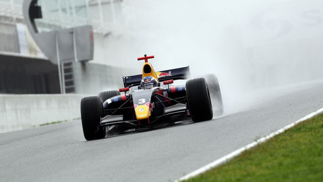 Ricciardo vola con la pioggia a Barcellona