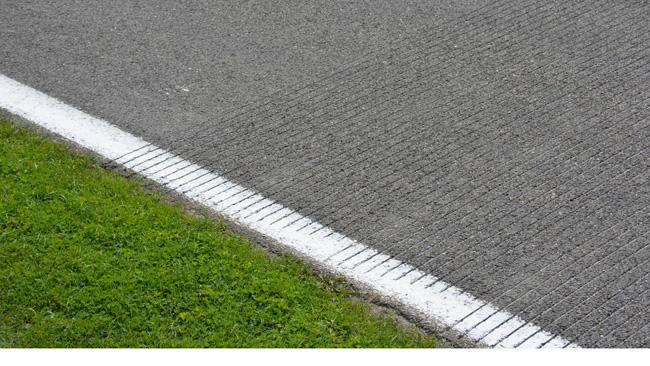 La scanalature dell'asfalto in griglia fanno discutere