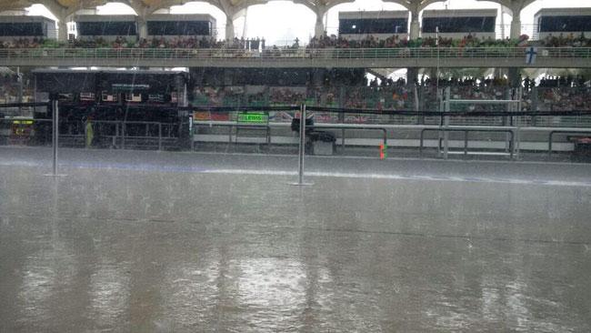 La pioggia non cala, slittano ancora le qualifiche