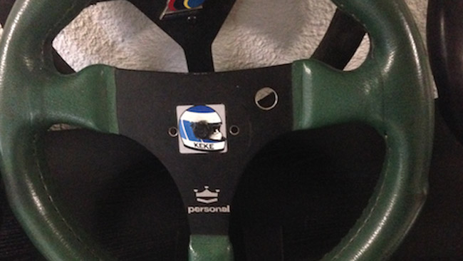 Rosberg scherza con un vecchio volante del padre