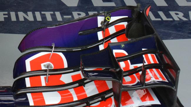 Le Red Bull partono dalla pit lane per cambiare l'ala