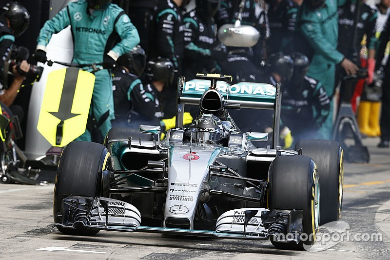 Des pilotes Mercedes poussés à prendre tous les risques aux stands