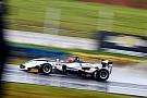 Sob chuva, Pedro Piquet comanda prova e se aproxima do título