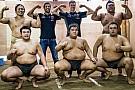 Pilotos da Red Bull lutam sumô e perdem feio; veja vídeo
