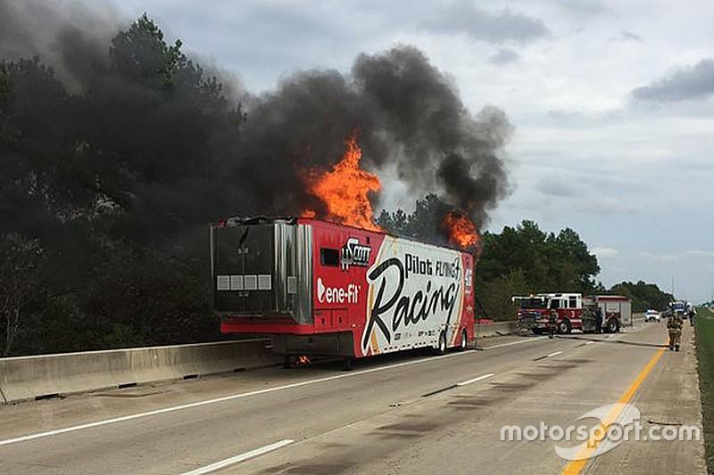 Incendie Du Camion Hscott Motorsports Nascar Motorsport Com