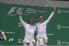 """""""Mitando"""", Alonso e Button provocam risos ao subirem em pódio"""