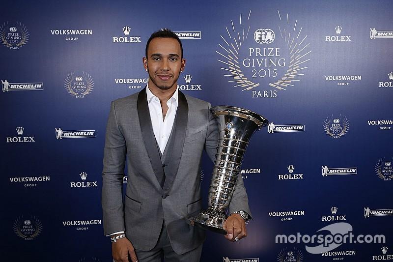 Lewis Hamilton ontvangt wereldtitelbokaal: 'Een droom'