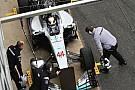 Lewis Hamilton juega broma a sus mecánicos