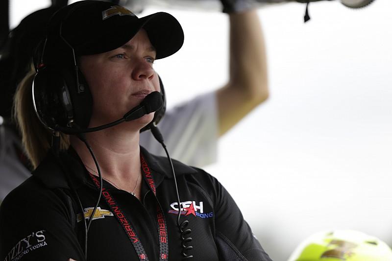 Бывшая гонщица IndyCar стала водителем машины безопасности