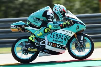 Moto3 in Assen FT1: Dennis Foggia vorn, Highsider von Jaume Masia