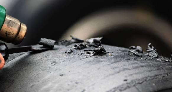 Vettel: Lastik parçaları mermi gibi