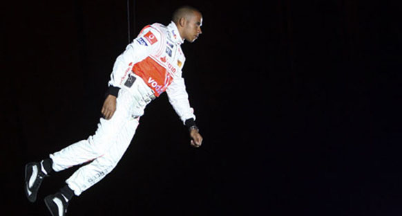 Hamilton uçtu!