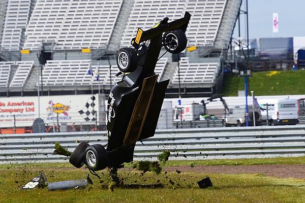 Nachwuchsfahrer übersteht heftigen Crash in britischer Formelserie