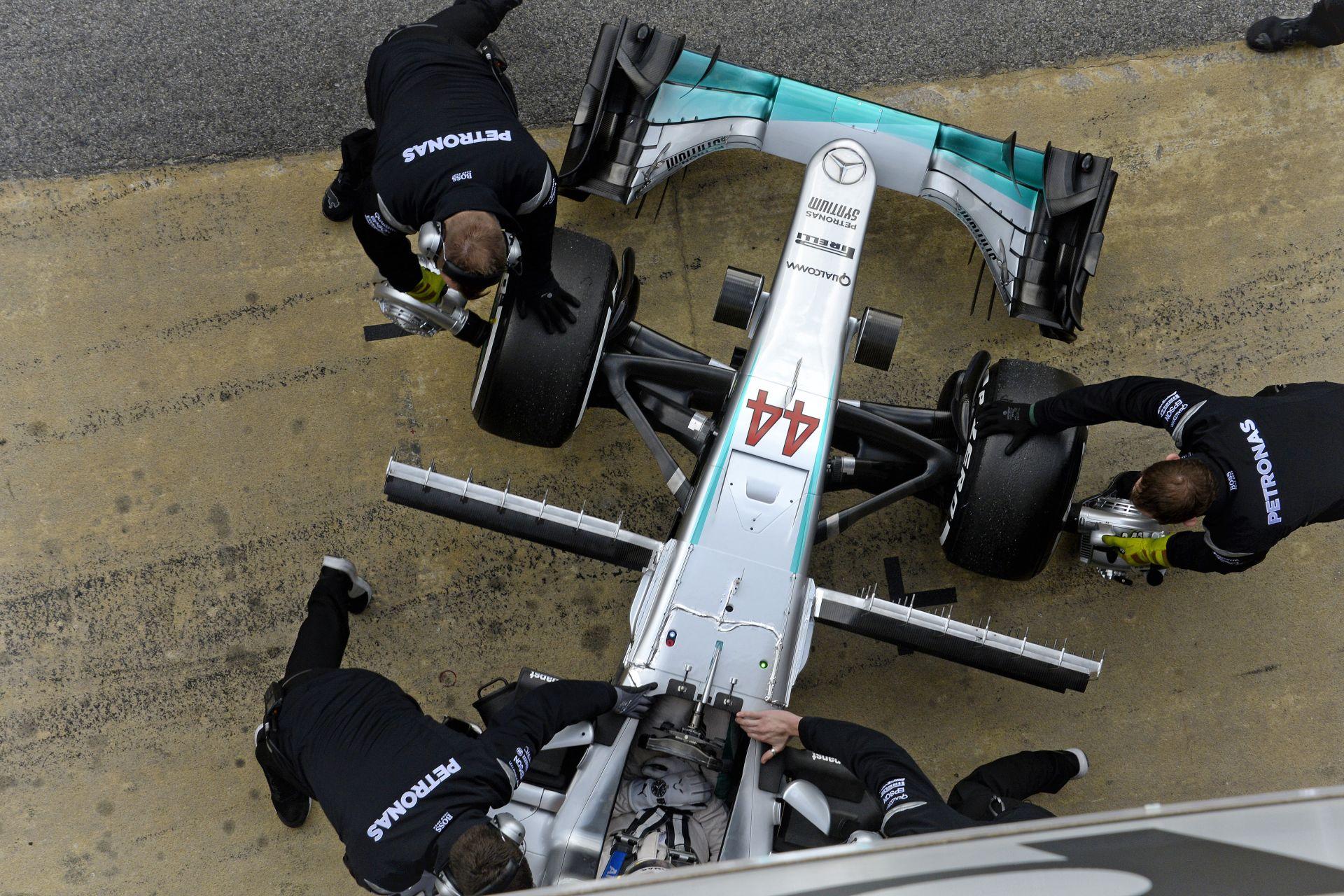 A Mercedes Angliából hozatott alkatrészt Hamiltonnak, hogy ne kerüljön a rajtrács végére