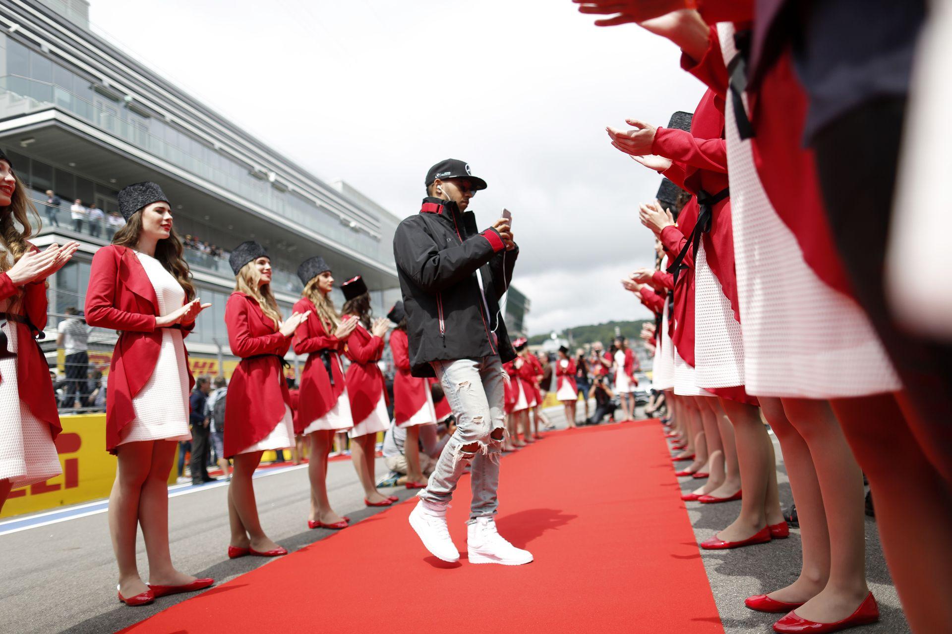 Hamilton is védelmébe vette a csapatot, kéri a rajongóit, bízzanak a Mercedesben