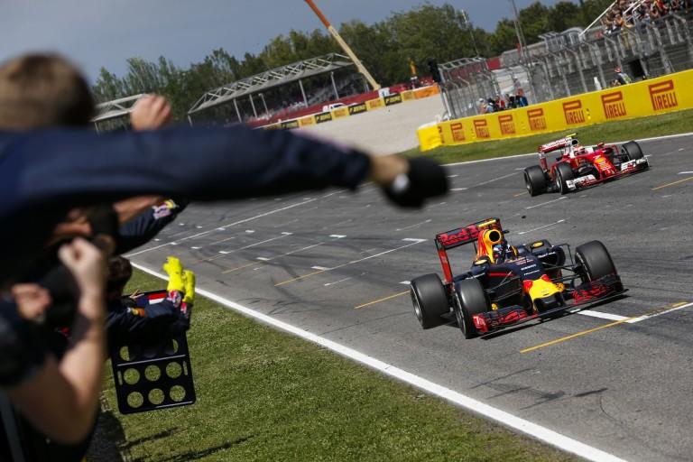 A pillanat, amikor Verstappen győztesként fut be: mindenki megőrült