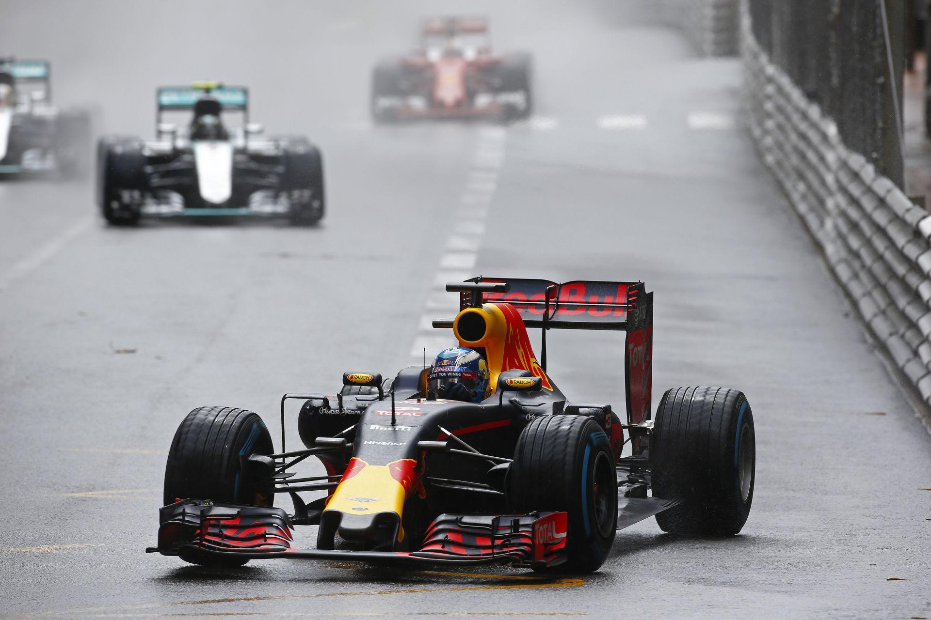"""Red Bull: """"Egy győzelmet ajándékoztunk a Mercedesnek…"""""""